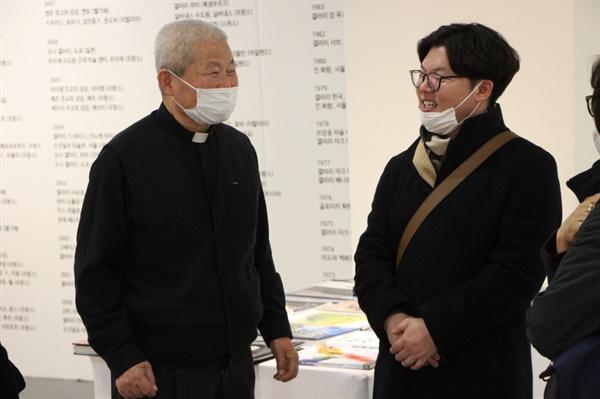 마스크를 쓰고 대화를 나누는 김인중 신부화가