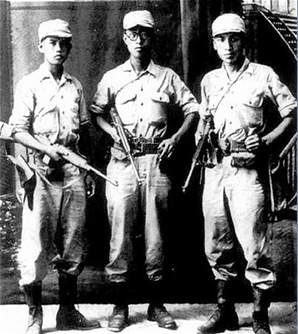 광복군 시절의 장준하(오른쪽)