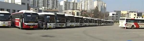 20일 오후, 승객이 없어 배차를 하지 못한 버스들이 춘천 시외버스터미널에 길게 늘어서 있다.