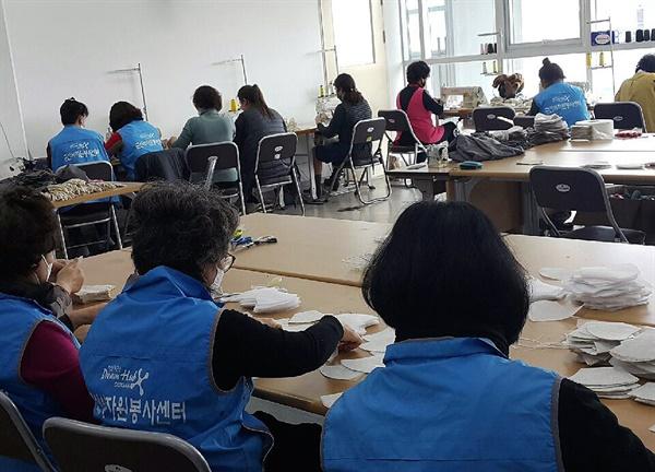 면 마스크 제작 봉사활동에 참여한 사람들