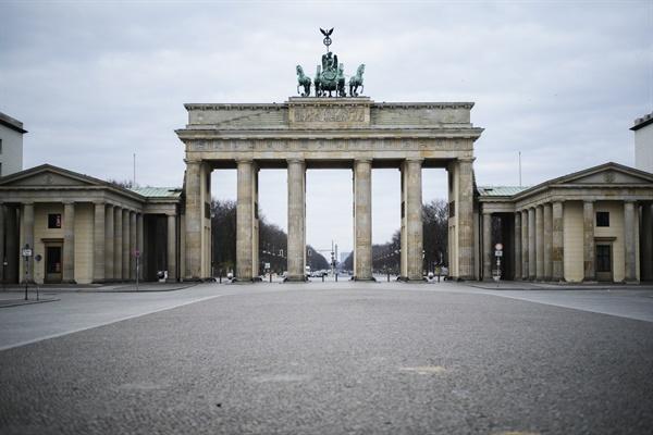 텅빈 브란덴부르크 앞 광장 독일 정부가 국민들에게 집에 머물 것을 호소한 지난 3월 19일 독일 베를린의 브란덴부르크 앞 광장이 텅 비어 있다.