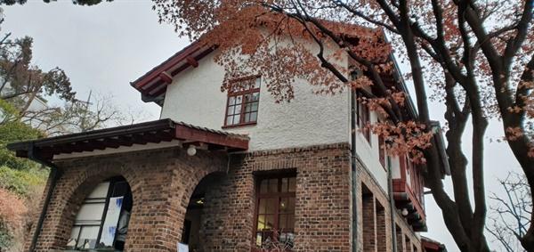 박노수화백의 저택을 보수해서 만든 '구립 박노수미술관' 일제 감점기 친일파 윤덕영이 딸을 위해 건축한 집으로 보화각(지금의 간송미술관)을 설계한 박길룡이 지은 개인 가정주택이다. 중국 기술자들이 프랑스풍으로 지은 한옥이라는 특징을 지니고 있다. 1973년 박노수화백이 구입하여 40여 년 거주하며 <고사>, <월하취적>, <달과 소년> 등 수많은 대표작들을 창작한 공간이다.
