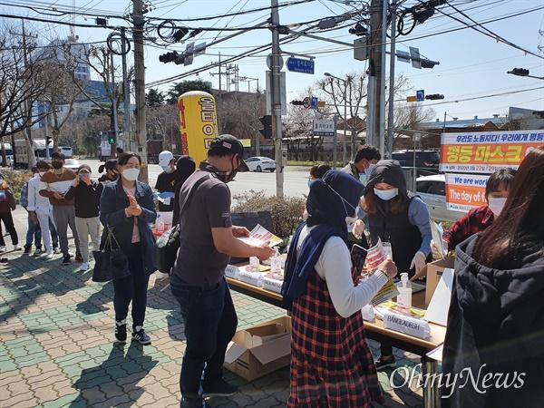 성서공단 이주노동자들이 22일 오후 성서공단노조가 나눠주는 마스크와 손소독제를 받기 위해 줄을 서 있다.