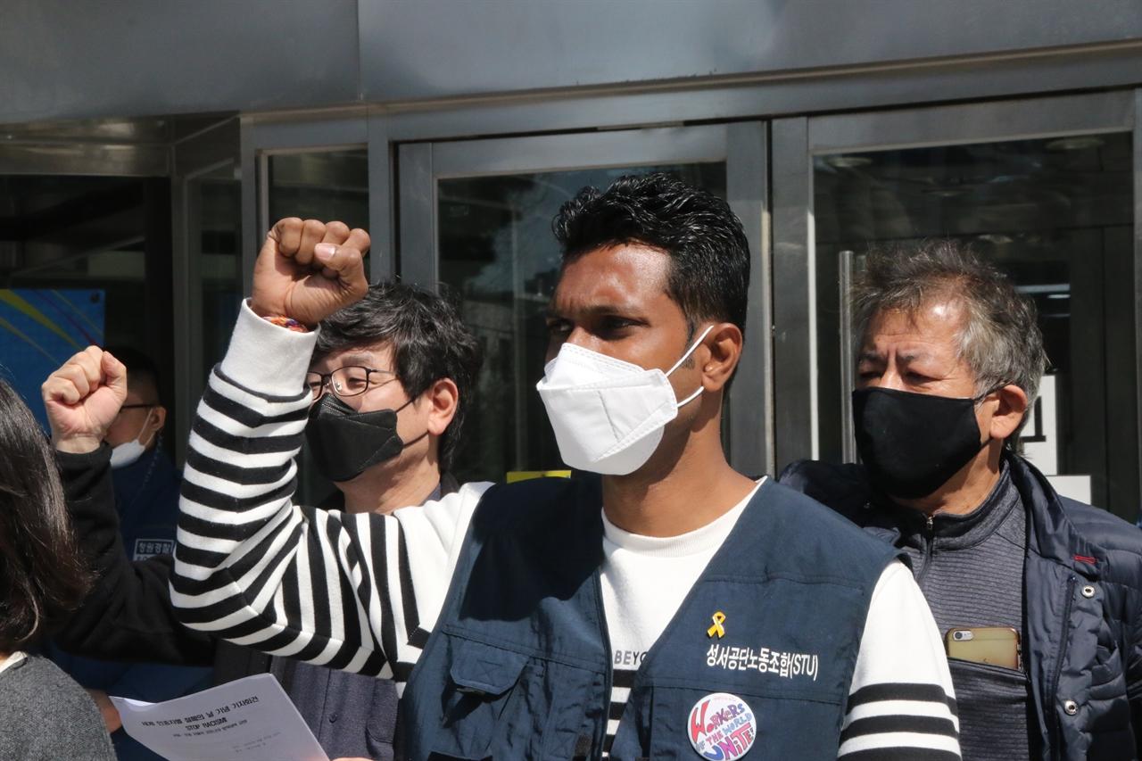 차민다 성서공단노조 부위원장이 이주노동자들에게도 마스크를 지급해 달라고 호소하고 있다.