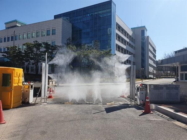 해외 입국자들에 대한 코로나19 검사를 위해 '정부 임시검사 시설'로 운영되는 한국도로공사 연수원에서 시설 소독기를 설치한 모습