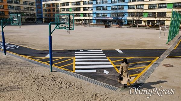 서울 동대문구에 있는 A초등학교 운동장. 아스팔트가 ㄴ형태로 깔렸다.