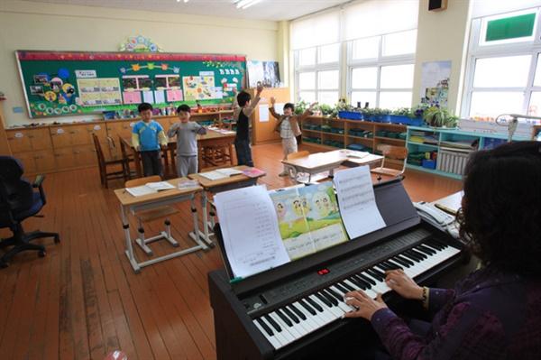 행복한 배움이 있는 작은학교의 아이들 시골의 '작은 학교'를 살리는 것이 마을의 생사존망과 직결된 중대한 문제다. '적정규모'라는 산술적 지표만으로는 작은학교의 가치를 다 평가할 수 없다.