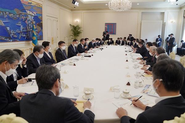 지난 18일 청와대에서는 문재인 대통령 주재로 코로나19 대응 논의를 위한 '주요 경제주체 초청 원탁회의'가 열렸다.