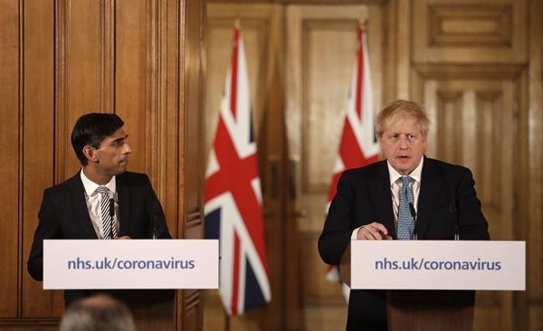 보리스 존슨 영국 총리(사진 오른쪽)와 리시 수낙 영국 재무장관(사진 왼쪽). 사진은 지난 17일 영국 런던 다우닝가 10번지에서 열린 코로나19 관련 기자회견 모습.