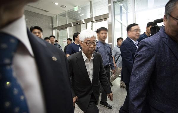 지난 해 9월 법정구속되기 전 법정에 입장하는 유시영 전 대표. 유 전 대표는 징역 1년 10개월 형을 선고 받고 법정 구속됐다.