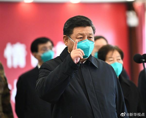 3개월 만에 우한 방문한 시진핑 의료진 환자 격려 중국 국가주석이 10일 신종 코로나바이러스 감염증(코로나19) 발병 이후 3개월 만에 처음으로 이 전염병의 발원지인 후베이(湖北)성 우한(武漢)을 방문해 의료진과 환자를 격려했다고 중국의 신화통신이 보도했다. 사진은 우한의 훠선산(火神山) 병원을 방문해 환자 및 의료진을 화상을 통해 격려하는 모습.