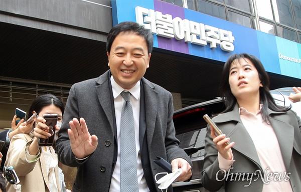 금태섭 더불어민주당 의원이 24일 오후 서울 여의도 당사에서 불출마 의원들의 더불어시민당 이적을 논의하는 비공개 회의에 참석한 뒤 자리를 나서고 있다.