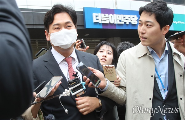 손금주 더불어민주당 의원이 24일 오후 서울 여의도 당사에서 불출마 의원들의 더불어시민당 이적을 논의하는 비공개 회의에 참석한 뒤 자리를 나서고 있다.