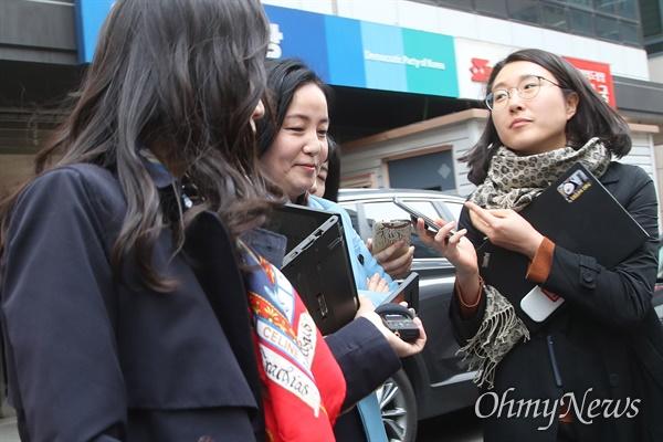 제윤경 더불어민주당 의원이 24일 오후 서울 여의도 당사에서 불출마 의원들의 더불어시민당 이적을 논의하는 비공개 회의에 참석한 뒤 자리를 나서고 있다.