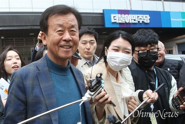 원혜영 더불어민주당 의원이 24일 오후 서울 여의도 당사에서 불출마 의원들의 더불어시민당 이적을 논의하는 비공개 회의에 참석한 뒤 자리를 나서고 있다.