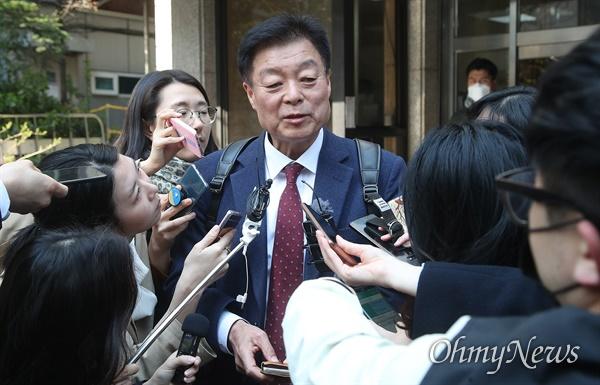 이규희 더불어민주당 의원이 24일 오후 서울 여의도 당사에서 불출마 의원들의 더불어시민당 이적을 논의하는 비공개 회의에 참석한 뒤 자리를 나서고 있다.