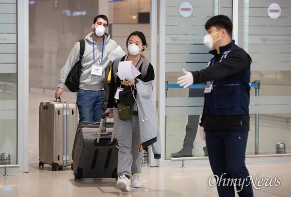 24일 오후 인천국제공항 제2여객터미널에서 '코로나19' 관련 지원나온 육군현장지원팀이 입국하는 외국인 승객들을 안내하고 있다.