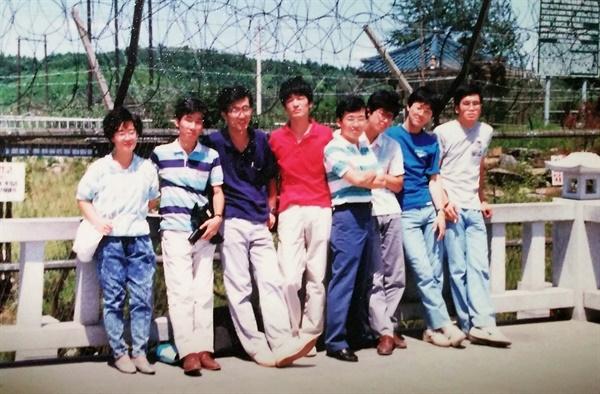 1988년도에 여름 워크숍 작품 촬영을 위해 임진각 갔을때 고대 '돌빛' 회원들. 왼쪽에서 두번째 김시천, 세번째 정병각(감독), 오른쪽 끝 신동일(감독)