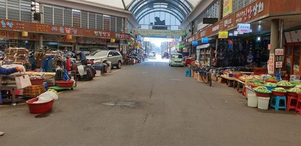 전주시신시장 내부 중앙광장에서 남문방향을 바라봤다.