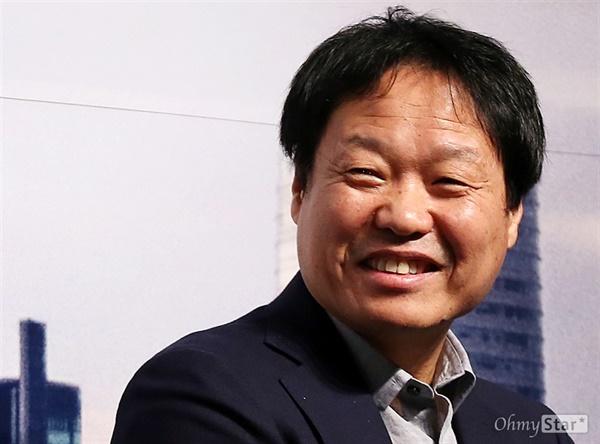 안동규, 조준백 등과 함께 1985년 경희대 영화서클 '그림자놀이'를 만들었던 곽재용 감독