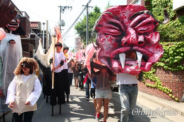 담장이 사라진 대구 삼덕동에는 해바다 5월이면 마을 주민들이 모여 '머머리섬 축제'를 연다.