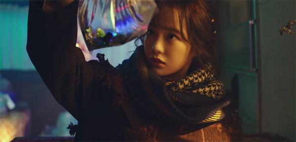 세정의 신곡 '화분' 뮤직비디오 중 한 장면.