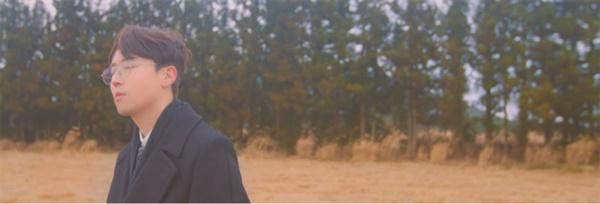 권순관의 신곡 '너에게' 뮤직비디오 중 한 장면. 예전 1950~60년대 영화 필름처럼 가로 방향으로 넓게 설정된 해상도의 화면과 뿌연 질감으로 촬영해 음악 속 서정성을 더욱 극대화시킨다.