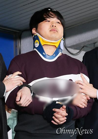 인터넷 메신저 텔레그램에서 미성년자 등 수십 명의 여성을 협박, 촬영을 강요해 만든 음란물을 유포한 '박사방' 운영자 조주빈씨가 2020년 3월 25일 오전 서울 종로경찰서에서 검찰로 송치되기 위해 나오고 있다.