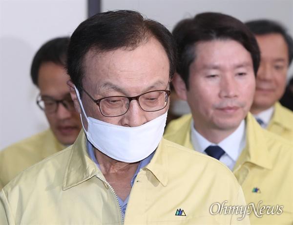 더불어민주당 이해찬 대표가 25일 오전 서울 여의도 국회에서 열린 최고위원회의에 입장하고 있다.