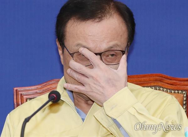 더불어민주당 이해찬 대표가 25일 오전 서울 여의도 국회에서 열린 최고위원회의에서 안경을 고쳐쓰고 있다.