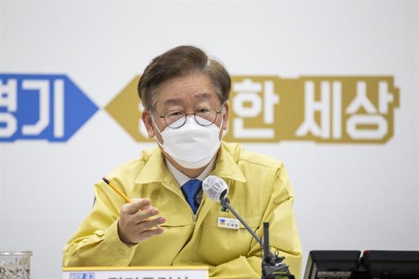 이재명 경기도지사가 경기도청 재난상황실에서 코로나19 대응 시장·군수 영상회의를 주재하고 있다.