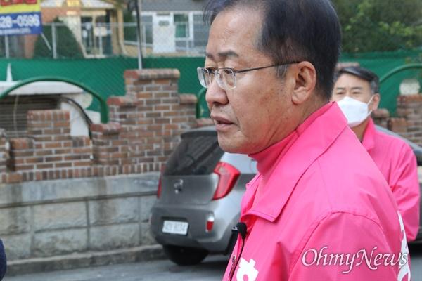 홍준표 대구 수성을 무소속 국회의원 후보가 24일 오후 선거구인 수성4가를 돌며 시민들과 인사를 나누고 있다.
