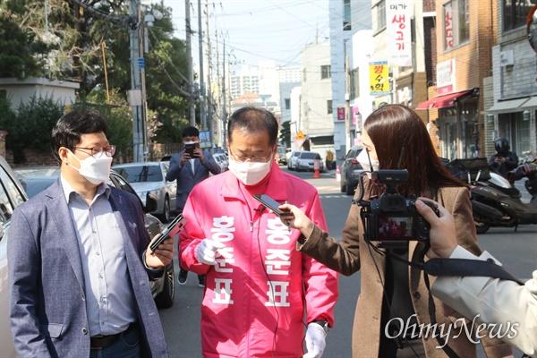 홍준표 대구 수성을 국회의원 무소속 예비후보가 24일 오후 자신의 선거구를 도보로 돌며 시민들을 만났다.