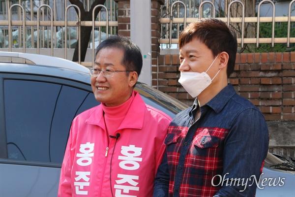 홍준표 대구 수성을 국회의원 무소속 예비후보가 24일 오후 수성4가를 돌다 지지자를 만나 함께 사진을 찍고 있다.
