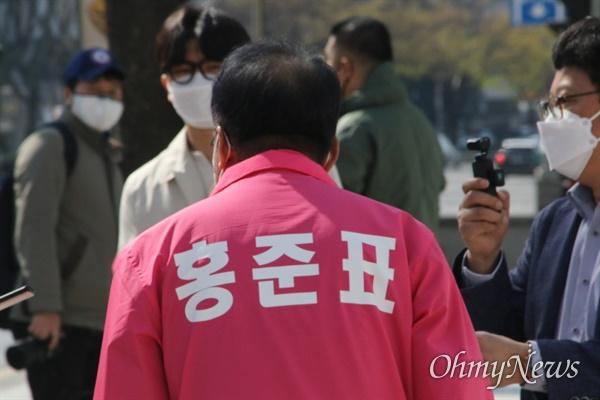 홍준표 대구 수성을 국회의원 무소속 예비후보가 24일 오후 수성4가에서 시민들을 만나 인사를 하고 있다.