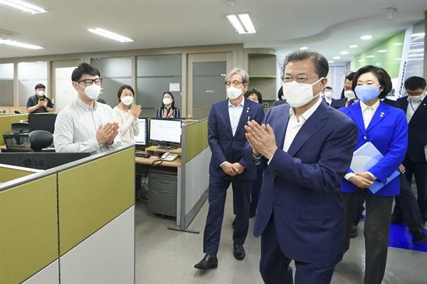 문재인 대통령이 25일 코로나19 진단시약 긴급사용 승인 기업 중 하나인 송파구 씨젠에서 직원들을 격려하고 있다.