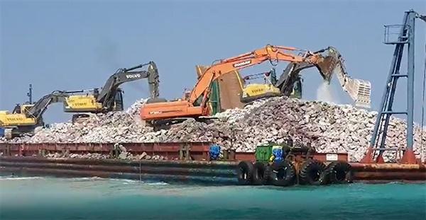 지난해 7월, 삼성물산이 시공하고 있는 강릉 안인화력발전소 건설 공사에서 바다를 매립하는데 사용될 매립석을 실은 바지선이 안인 앞 바다에서 도착해 있다. 굴착기들이 바닷물을 퍼 올려 바지선에 실린 매립석을 세척하고 있는 장면, 규정상 매립석은 육상에서 세척해 바다에 투입해야 하지만 시공사는 바다 가운데서 세척작업을 하고 있다 .