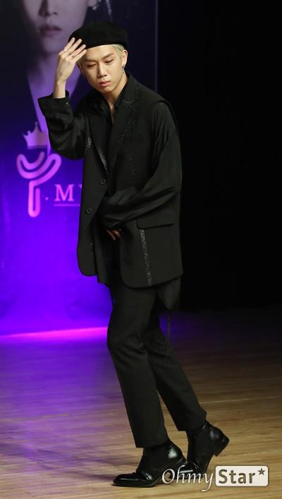 '마이스트' 김건우, 넘치는 예능감 보이그룹 마이스트(MY.st)의 김건우가 25일 오후 서울 강남구 선릉로의 한 공연장에서 열린 한국 정식 데뷔 쇼케이스에서 포토타임을 갖고 있다. 마이스트(MY.st)는 'Boy N Girl(보이 엔 걸)'과 '몰라서 그래' 등으로 일본에서 활동하고 25일 한국에서 정식 데뷔하는 5인조 보이그룹으로 이우진, 김준태, 이민호, 정원철, 김건우로 구성되어 있다.