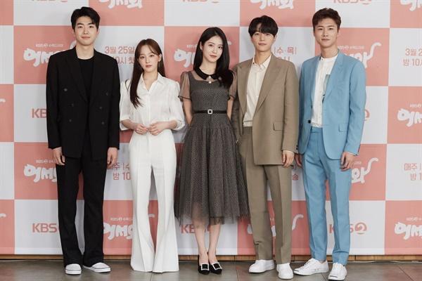 25일 오후 진행된 KBS 2TV 새 수목 드라마 <어서와> 온라인 제작발표회에서 배우들이 카메라를 향해 포즈를 취하고 있다.