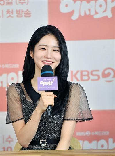 25일 오후 진행된 KBS 2TV 새 수목 드라마 <어서와> 온라인 제작발표회에서 배우 신예은이 기자들의 질문에 답하고 있다.