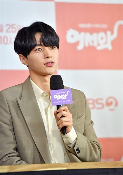 25일 오후 진행된 KBS 2TV 새 수목 드라마 <어서와> 온라인 제작발표회에서 배우 김명수가 기자들의 질문에 답하고 있다.
