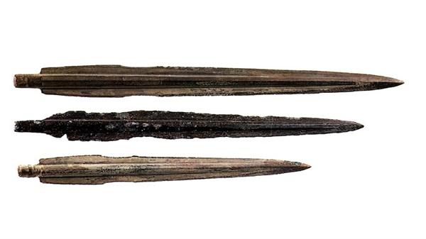세형동검 3점. 무덤 주인의 허리 좌우 부근에서 발견되었다. 국보 제143-1호