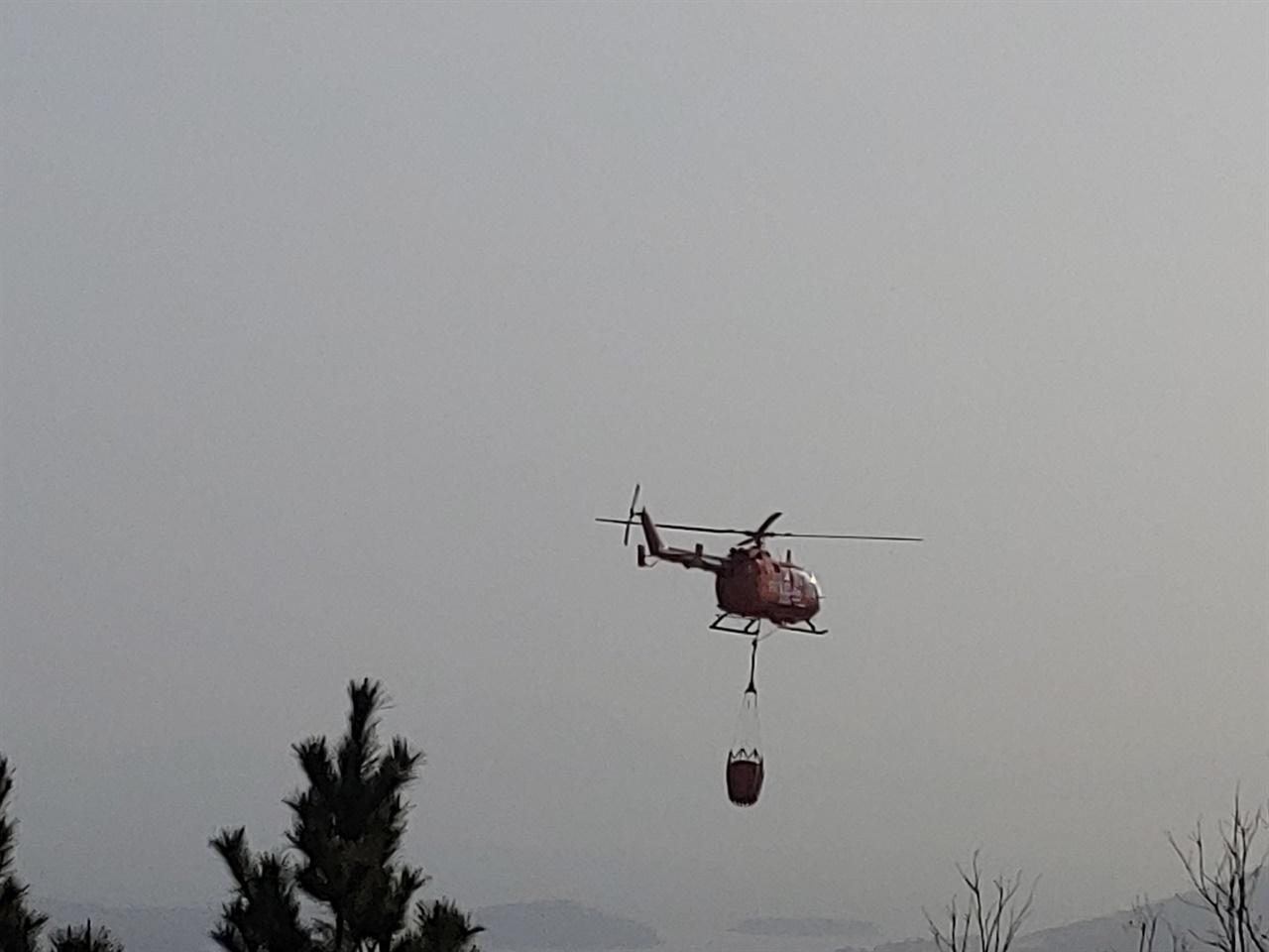 계속되는 산불에 마래산 주변을 순찰중인 소방헬기의 모습