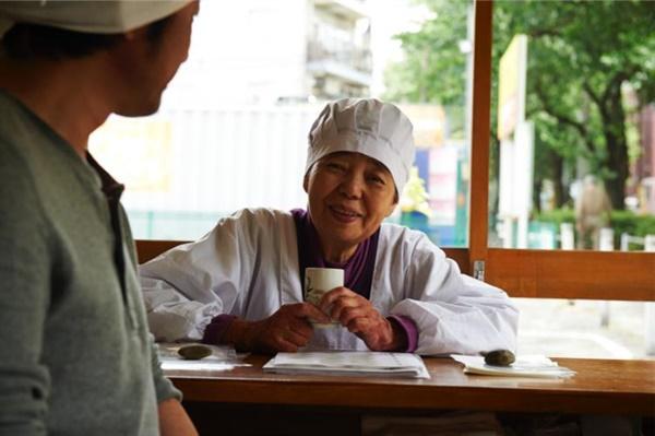 영화 <앙: 단팥 인생 이야기>에서 팥소 만드는 법을 전수하는 도쿠에를 연기한 키키 기린(오른쪽)