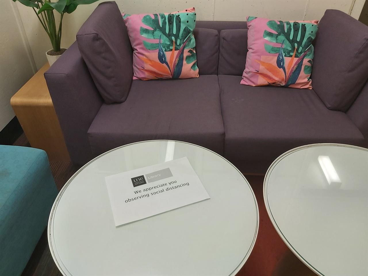 Social distancing, 도서관 공용공간 테이블 위에 붙은 경고문.
