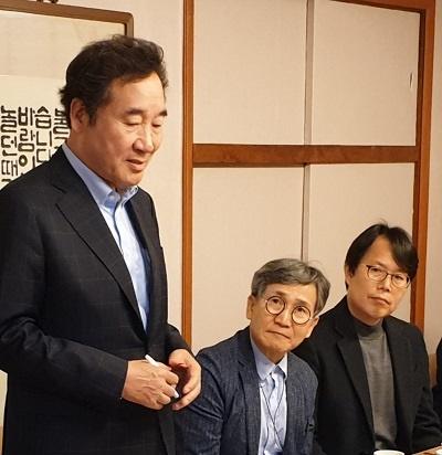이낙연 후보 서울 종로 이낙연 더불어민주당 후보가 공공부문 노조대표자를 만나 인사말을 하고 있다.