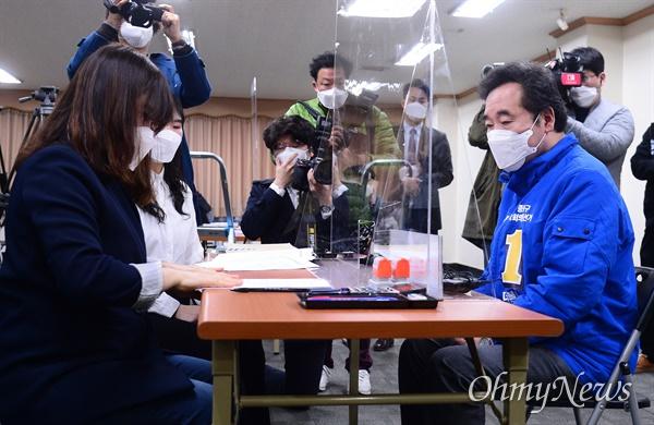 서울 종로에 출마한 이낙연 더불어민주당 후보가 26일 오전 서울 종로구 선거관리위원회에서 21대 총선 후보 등록을 접수하고 있다.