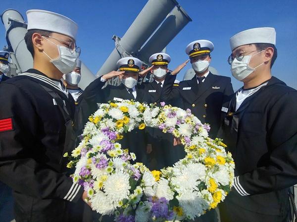해군2함대 유도탄고속함 장병들 천안함 46용사 해상위령제 진행 천안함 46용사 10주기 추모행사를 앞두고 군이 '안보결의 주간'을 운영 중인 가운데, 지난 23일 백령도 천안함 위령탑 인근 해상에서 해군 2함대 황도현함(PKG, 400톤급) 장병들이 천안함 용사들을 추모하며 해상헌화를 하고 있다. 2020.3.24
