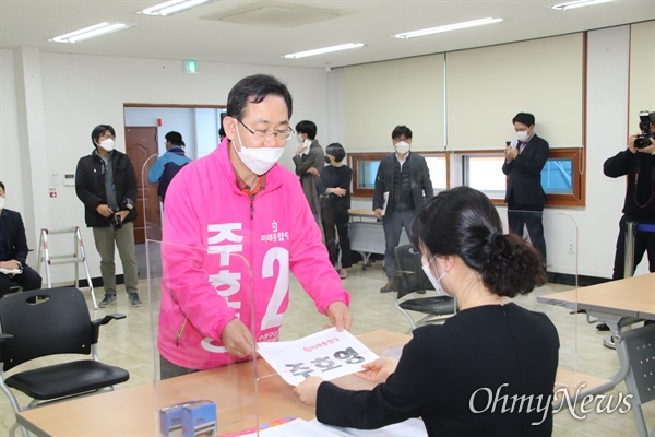 제21대 국회의원 후보등록이 26일 시작된 가운데 주호영 미래통합당 대구 수성갑 후보가 이날 오전 수성구선거관리위원회에서 후보등록을 하고 있다.