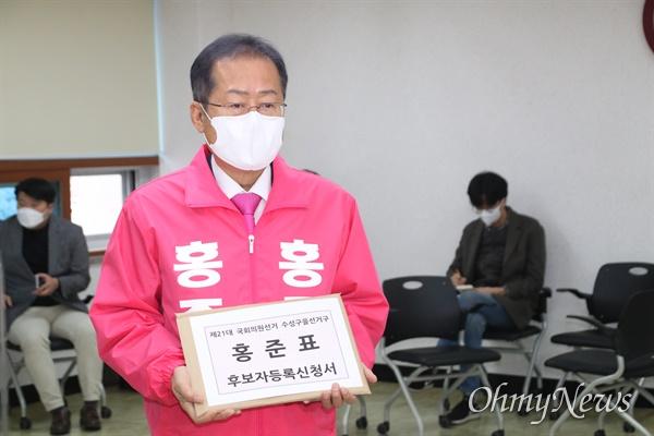 제21대 국회의원 후보등록이 26일 시작된 가운데 홍준표 무소속 대구 수성을 후보가 이날 오전 수성구선거관리위원회에서 후보등록을 하고 있다.